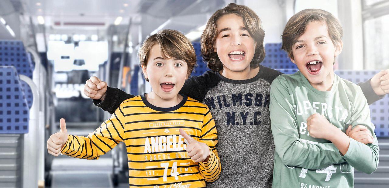 3 Kinder haben Spaß in der Bahn